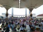 ribuan-jemaah-menunggu-pelaksanaan-salat-id-di-serambi-masjid-agung-jawa-tengah.jpg