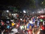 ribuan-pemudik-yang-mengendarai-sepeda-motor-berhasil-menjebol-barikade-penyekatan.jpg