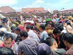 ribuan-warga-berebut-buah-durian-g.jpg