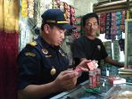 rokok-ilegal-kota-pekalongan_20170718_132408.jpg