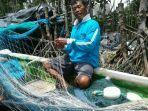 salah-satu-nelayan-asal-desa-munan-saat-melaut.jpg
