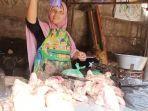 salah-satu-penjual-ayam-di-pasar-batang-saat-melayani-pembeli-rabu-1442021.jpg