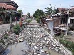 sampah-menumpuk-di-saluran-irigasi-desa-kupu-kecamatan-wanasari-brebes.jpg