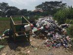 sampah-menumpuk-sebelum-diangkut-truk-sampah-dikabupaten-tegal.jpg