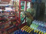 satpol-pp-kabupaten-semarang-menutup-minimarket_20170306_144229.jpg
