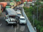 satu-truk-ringsek-belum-dievakuasi-menyebabkan-kepadatan-lalu-lintas.jpg