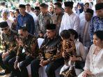 sby-dan-keluarga-ziarah-ke-makam-ani-yudhoyono-seusai-salat-id.jpg