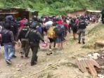 sebanyak-43-warga-demak-korban-penyanderaan-di-tembagapura_20171120_093250.jpg