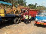sebuah-truk-merah-terguling-di-turunan-mangkelang-desa-asinan-kecamatan-bawen.jpg