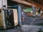 sebuah-truk-pengangkut-besi-cor-terguling-di-jalan-raya-kaligawe_20180913_213232.jpg