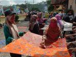 sejumlah-ibu-ibu-di-desa-pekiringan-saat-menjemur-batik-tulis.jpg