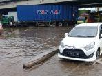 sejumlah-kendaraan-melintas-banjir-dan-rob-di-ruas-jalan-kaligawe-kota-semarang.jpg