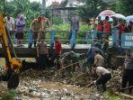 sejumlah-komponen-membersihkan-sampah-yang-menyumbat-aliran-air-di-sungai-juwana-pati.jpg