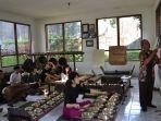 sejumlah-mahasiswa-asal-keio-university-jepang-serius-ikuti-kelas-budaya-di-uksw-salatiga.jpg