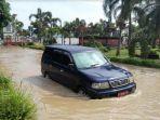 sejumlah-mobil-dinas-nekat-menerobos-banjir-di-kantor-bupati-kendal_20171123_094218.jpg