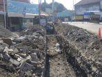 sejumlah-pekerja-melakukan-penggalian-untuk-membuat-saluran-drainase.jpg