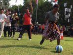 sejumlah-pelajar-asal-papua-mengikuti-perlombaan-makan-kerupuk-serta-menggiring-bola.jpg