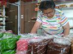 sejumlah-pembeli-tengah-memilih-kue-keranjang-di-toko-roti-panjunan-kudus-minggu-322019.jpg