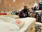 sejumlah-pembeli-tengah-memilih-pakaian-di-outlet-uniqlo-dp-mall-kota-semarang.jpg