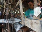 sejumlah-penenun-melakukan-aktivitas-di-rumah-produksi-kain-tenun.jpg