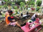 sejumlah-penggali-kubur-di-pemakaman-wotgaleh-sa21.jpg