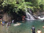 sejumlah-pengunjung-di-lokasi-wisata-black-canyon-tengah-menikmati-jernihnya-aliran-sungai.jpg