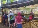 sejumlah-pengunjung-ketika-mendatangi-lapak-makanan-di-pasar-bahulak-plupuh-sragen.jpg