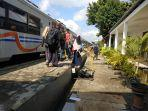 sejumlah-penumpang-bersiap-menaiki-kereta-di-stasiun-pekalongan-beberapa-waktu-lalu.jpg