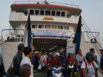 sejumlah-penumpang-turun-dari-kmp-siginjai-di-pelabuhan-kartini-jepara-beberapa-waktu-yang-lalu_20181028_125317.jpg