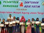 sejumlah-peserta-menerima-sertifikat-pesantren-ramadan_20170618_205058.jpg