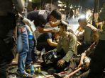 sejumlah-polisi-terluka-saat-bentrok-pengepungan-ylbhi-jakarta_20170920_002054.jpg