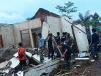 sejumlah-warga-dan-relawan-merobohkan-rumah-terdampak-longsor-di-desa-suwidak_20161114_211846.jpg
