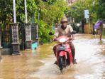 sejumlah-warga-kebon-adem-melintas-saat-banjir-masih-menggenangi-sejumlah-jalan-desa.jpg