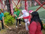 sejumlah-warga-melakukan-penanaman-pohon-di-area-sekitar-kantor-kelurahan-salaman.jpg