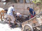 sejumlah-warga-melakukankegiatan-bersih-bersih-selokan-di-desa-banjaranyar_20181029_140320.jpg