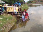 sejumlah-warga-tengah-menaiki-perahu-di-sungai-piji-desa-kesambi-mejobo-kudus-jumat-2262018_20180622_192111.jpg