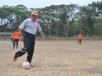 sekda-kabupaten-tegal-menendang-bola_20180725_214307.jpg