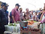 sekda-provinsi-jateng-sri-puryono-mengadakan-operasi-pasar-di-kota-tegal_20180123_171606.jpg