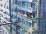 sekelompok-perempuan-berpose-telanjang-di-sebuah-balkon-gedung-di-dubai.jpg