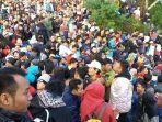 sekitar-6-ribu-wisatawan-berjubel-di-jalan-menuju-puncak-bukit-sikunir-dieng_20170101_155429.jpg