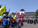 sekitar-seratusan-mahasiswa-melakukan-aksi-jalan-mundur_20180816_152558.jpg