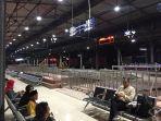 senjumlah-calon-penumpang-kereta-api-menunggu-kedatangan-ka-joglosemarkerto.jpg