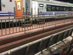 seorang-calon-penumpang-menantikan-kereta-api-ka-kaligung-relasi-semarang-brebes-dari-stasiun.jpg
