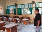 seorang-guru-di-smp-n-4-kota-tegal-menunjukkan-ruang-kelas-yang-telauma.jpg