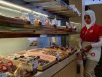 seorang-karyawan-di-gerai-breadlife-berdiri-di-depan-etalase-berisi-beraneka.jpg