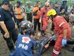 seorang-korban-yang-hanyut-akibat-tanah-longsor-di-tepi-sungai-di-r.jpg