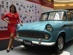 seorang-model-berpose-di-depan-mobil-tiara-dalam-pameran-58-tahun-nasmoco.jpg