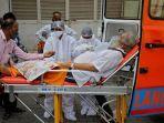 seorang-pasien-memakai-masker-oksigen-dibawa-ke-rumah-sakit-covid-19.jpg