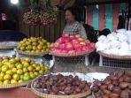 seorang-pedagang-buah-tri-murni-55-saat-menjajakan-barang-dagangan-di-pasar-raya-i-salatiga.jpg