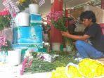 seorang-pedagang-bunga-kalisari-di-shelter-pasar-bunga-kembang-setaman-kalisari-kota-semarang.jpg